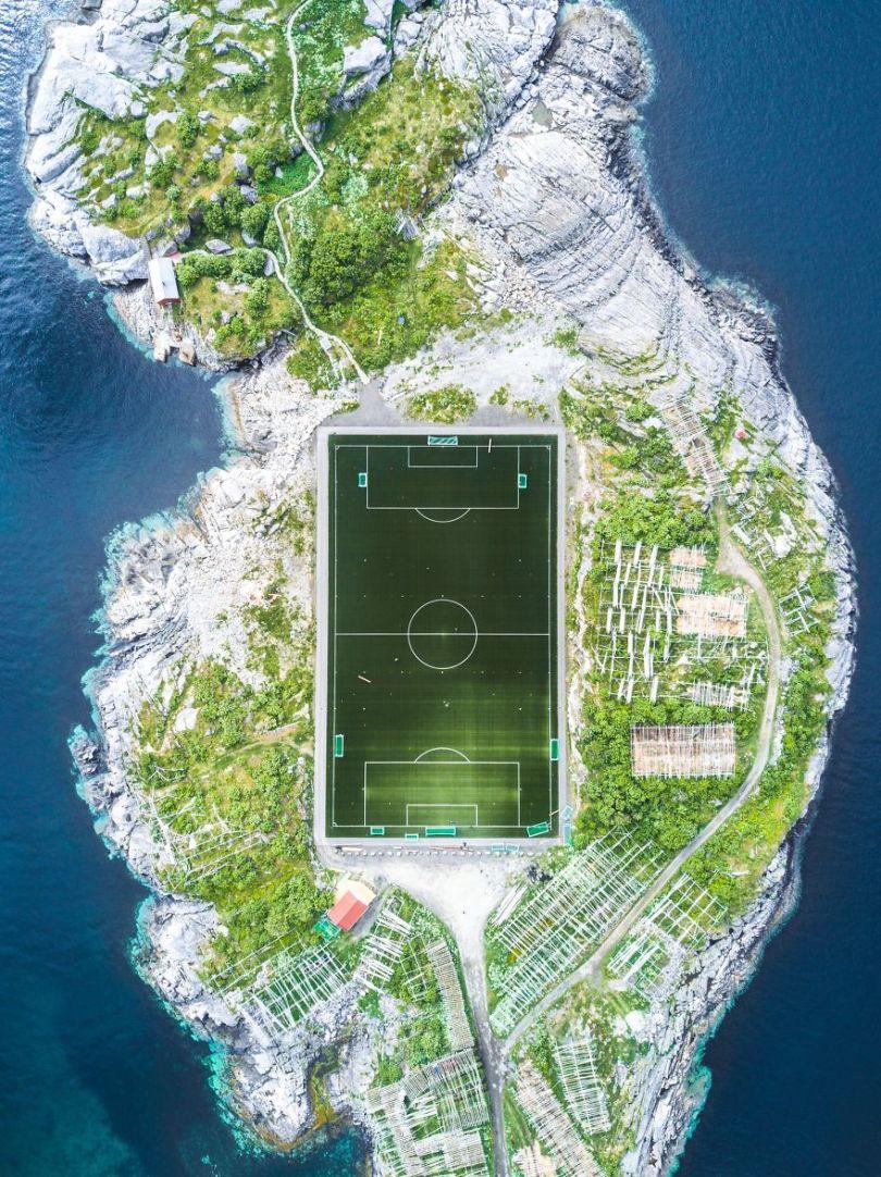 Vencedor do terceiro lugar, Cidades: Henningsvær Football Field, Henningsvær, Nordland, Noruega