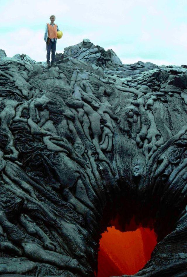 Este Agujero De Lava Parece Estar Succionando Las Almas De Los Malditos Hacia El Infierno