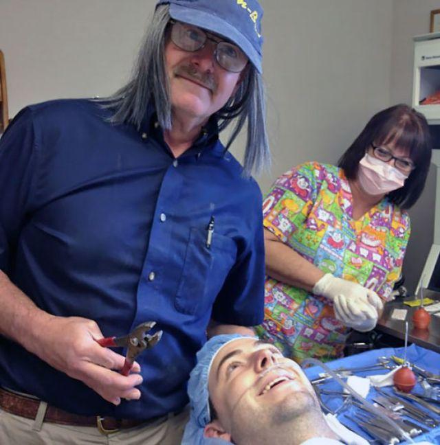 Fue al dentista para que le quitaran una muela de juicio, y el dentista le afirmó que harían una fotografía graciosa mientras estaba anestesiado