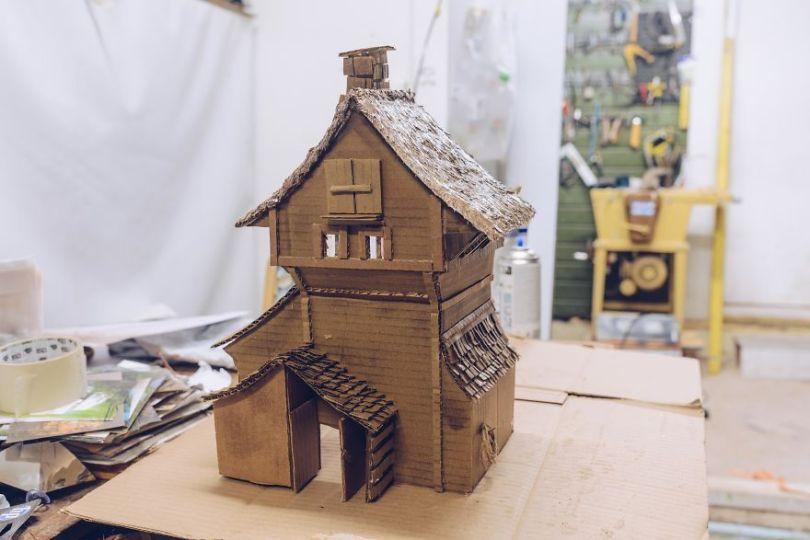 Cardboard 2 5a01536f854f1  880 - Artista cria mini figuras utilizando papelão e cria uma história em torno deles
