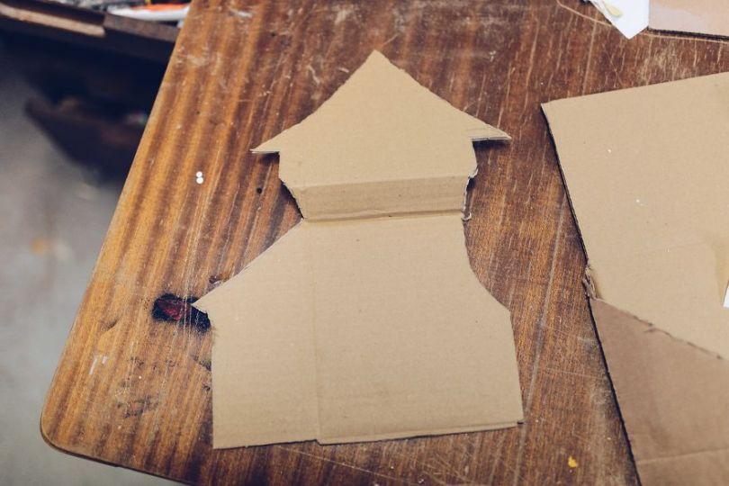 Cardboard 5a0153666ea43  880 - Artista cria mini figuras utilizando papelão e cria uma história em torno deles