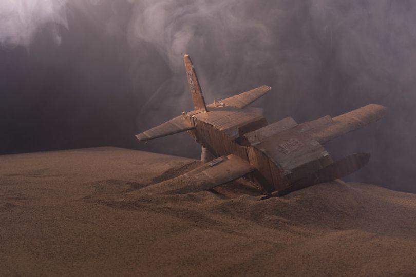 Flight BTS 5a015388738ba  880 - Artista cria mini figuras utilizando papelão e cria uma história em torno deles