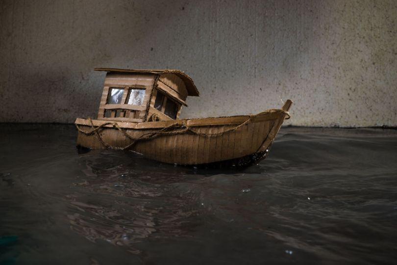 Ship BTS 5a0153908e354  880 - Artista cria mini figuras utilizando papelão e cria uma história em torno deles