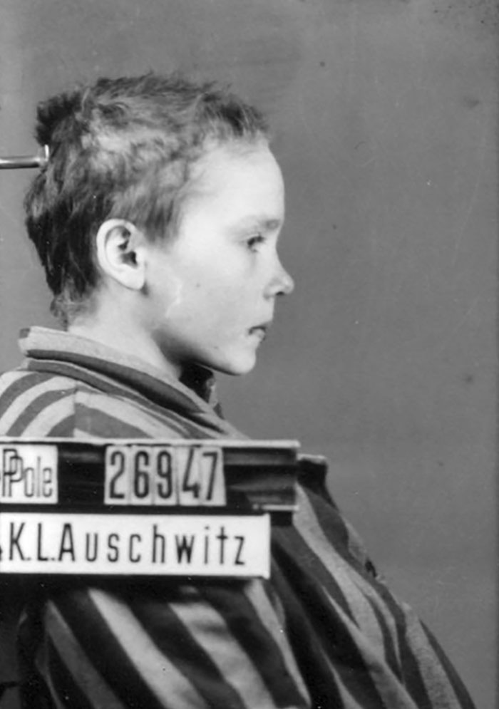 colorized-auschwitz-girl-czeslava-kwoka-black-white-historic-photos-marina-amaral-5aaa521c2d8ea__700 The Last Photos Of A 14-Year-Old Polish Girl In Auschwitz Get Colorized, And They'll Break Your Heart Design Photography Random
