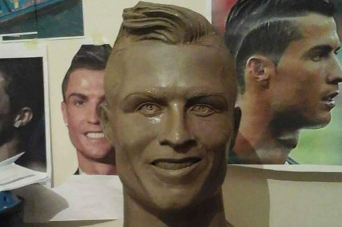 cristiano-ronaldo-new-bust-statue-emanuel-santos-4-5abdf6e951803__700 Internet Laughed At This Guy's First Attempt At Cristiano Ronaldo's Bust, So He Tries The Second Time Art Design Random