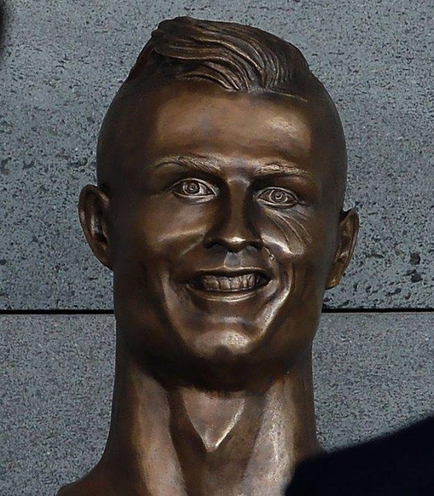 cristiano-ronaldo-new-bust-statue-emanuel-santos-5-5abdf6eb82142__700 Internet Laughed At This Guy's First Attempt At Cristiano Ronaldo's Bust, So He Tries The Second Time Art Design Random