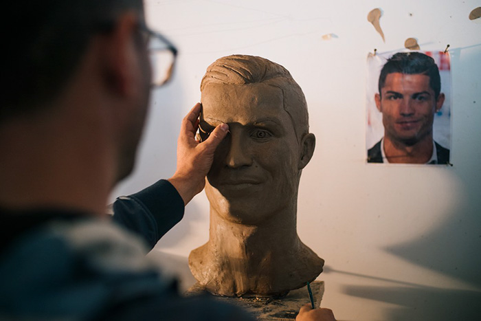 cristiano-ronaldo-new-bust-statue-emanuel-santos-5abdfeb295b13__700 Internet Laughed At This Guy's First Attempt At Cristiano Ronaldo's Bust, So He Tries The Second Time Art Design Random
