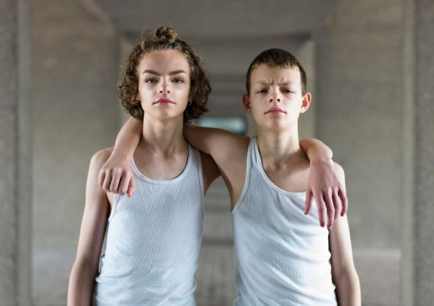 london-identical-twin-portraits-alike-but-not-like-peter-zelewski-13-5abb65d4aae74__880 Portraits Of Identical Twins Show Just How Different They Are Art Design Photography Random