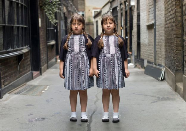 london-identical-twin-portraits-alike-but-not-like-peter-zelewski-15-5abb65d83ca5b__880 Portraits Of Identical Twins Show Just How Different They Are Art Design Photography Random