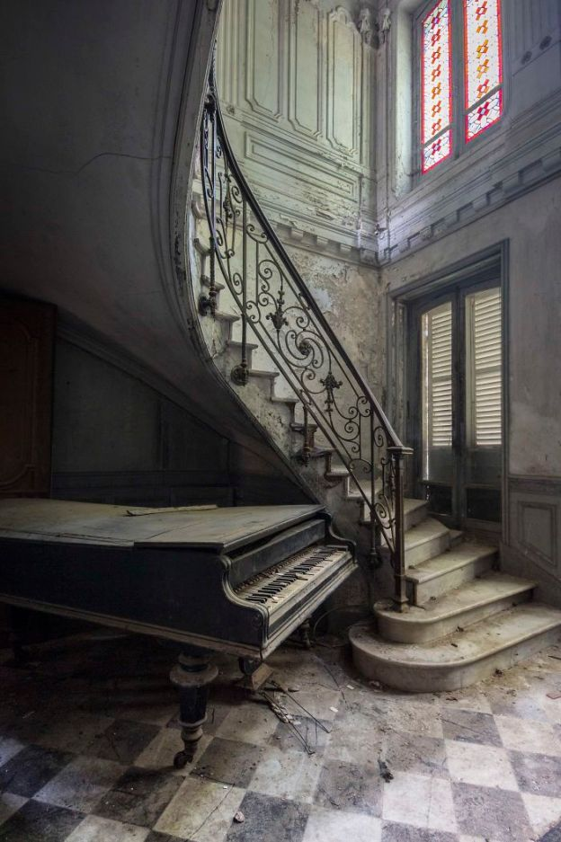 Requiem-pour-pianos-11-5adc4258c873b__700 I Travel Through Europe In Search Of Forgotten Pianos In Abandoned Places Design Photography Random