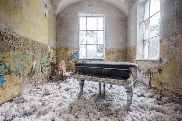 requiem-pour-pianos-4-5adc41d19fd8c__700 I Travel Through Europe In Search Of Forgotten Pianos In Abandoned Places Design Photography Random