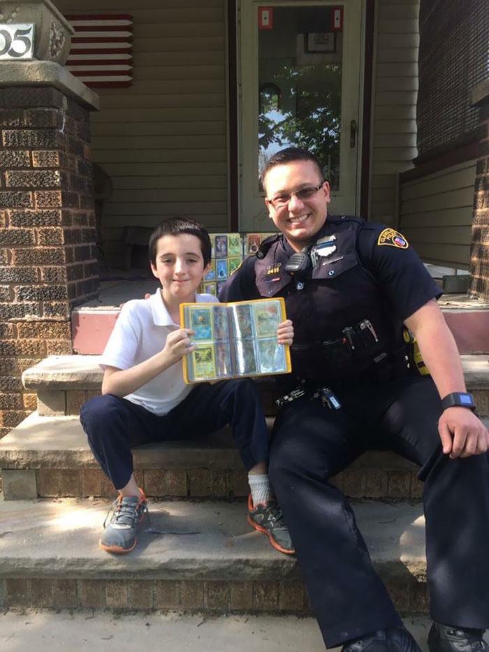 Ayer, este niño tuvo su colección de tarjetas de Pokemon robada directamente de sus manos. Después de su turno, un oficial de policía local se fue a casa y reunió su propia colección para regalarle