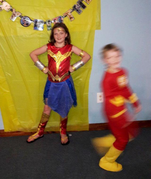 Mi hijo disfrazado de Flash, creando photobomb a su hermana