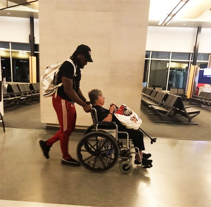 NFL Runningback Aaron Jones Helping A Random Woman Though The Airport When There Was No One Available To Help Her