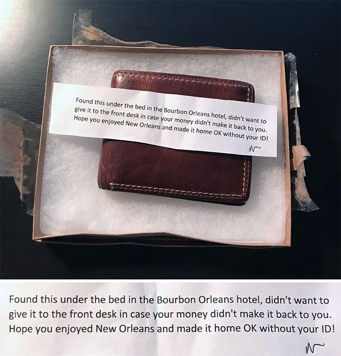 Pensé que perdí mi billetera en algún lugar mientras estaba de vacaciones, pero una alma muy amable la envió a la dirección de mi casa con hasta el último pedacito de dinero que quedaba en ella. Me sorprendió verlo volver, sin embargo, con todo lo que hay en él. Kind People realmente existe