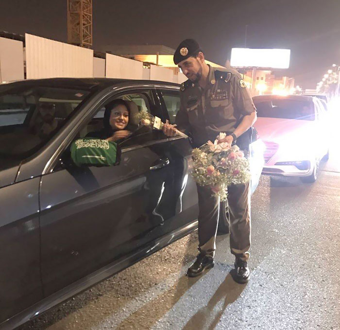 Saudi Police Officers Handing Out Roses To Women Drivers (Today Is The First Day They Can Drive Legally)