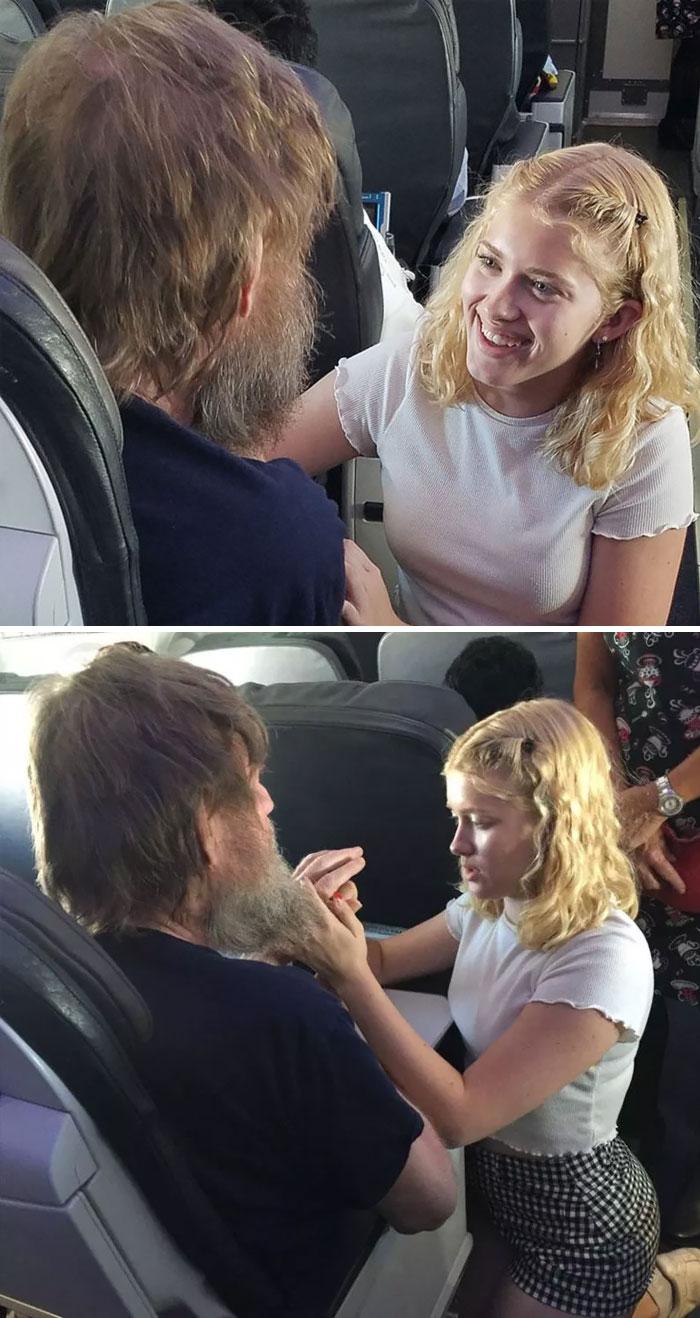 Disléxico de 15 años de edad, usa lenguaje de señas para aliviar los nervios de un hombre sordo y ciego que se volvió inquieto en un vuelo