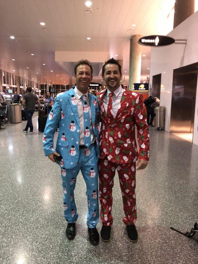 Vuelo a home por Navidad y me vestí así para impresionar a mi familia. Me encontré a este desconocido antes del vuelo y nos hicimos amiguitos instantáneamente