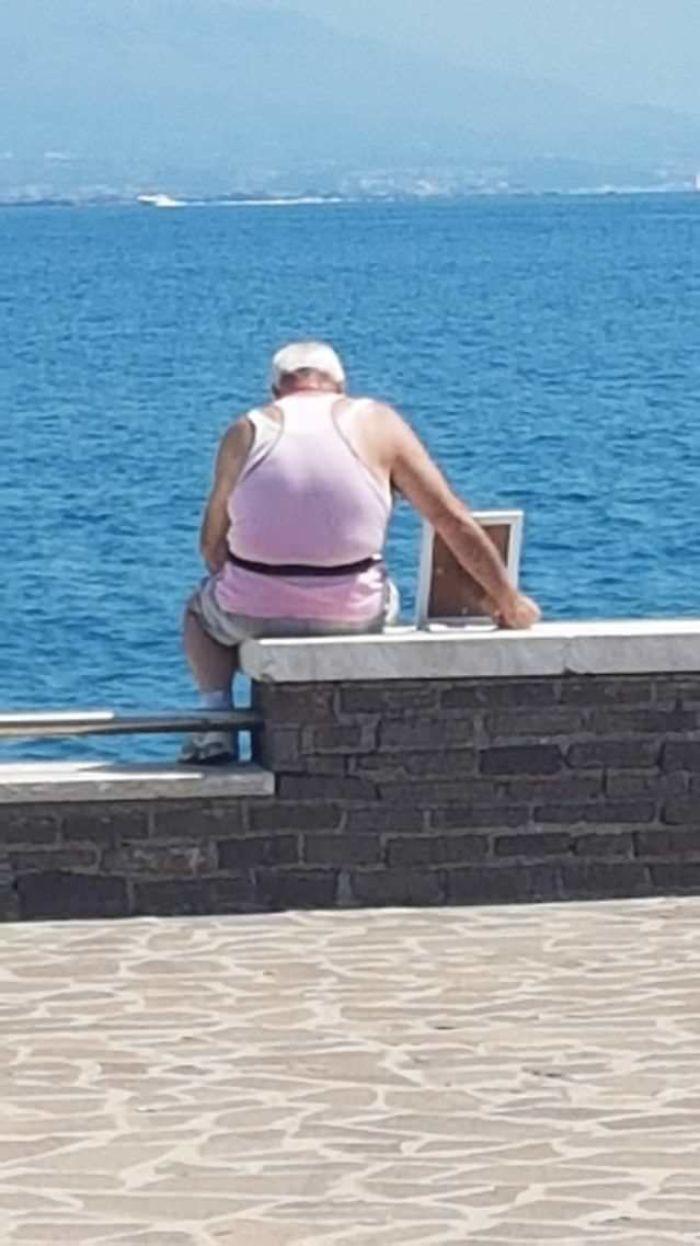 Este viudo de 72 años ha llevado el retrato de su esposa al muelle donde se enamoraron cada mañana, ya que Murió hace siete años