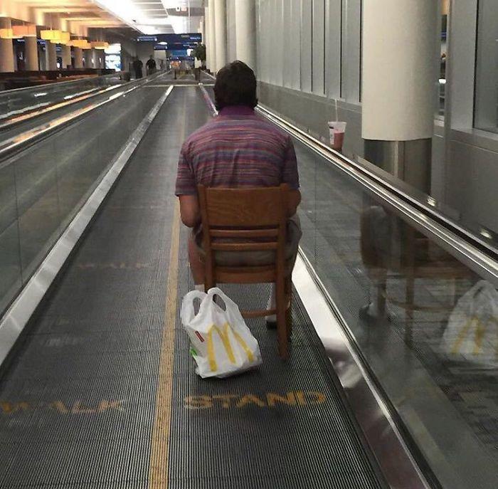 Mi amigo vio a este hombre en el aeropuerto en la Pasarela en movimiento, sentado en una silla, comiendo McDonalds mientras capturaba Pokemon