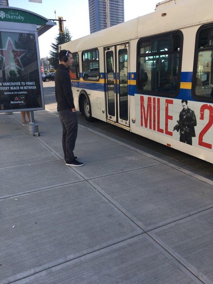 Este tipo, mientras esperaba el autobús, recogió toda la basura a su alrededor y la metió en el cubo. Seamos más como él