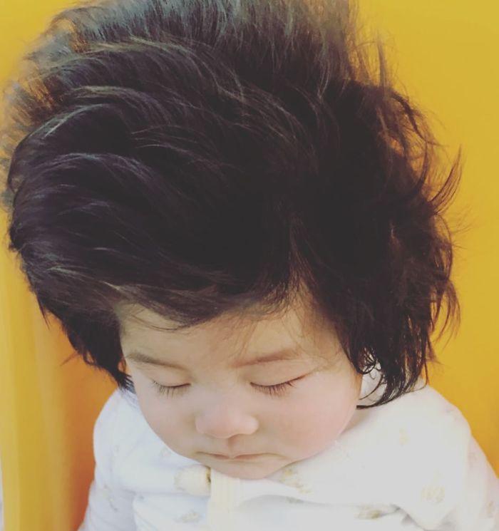 This baby hairy will be the cutest thing youll ever see today 5b502fe779919  700 - Ela ficou conhecida na Internet como o bebê mais cabeludo do mundo