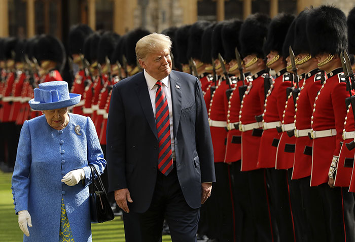 england-queen-brooch-trolling-donald-trump-5b4decbc37604__700 Someone Noticed The Subtle Way The Queen Trolled Trump, And This Theory Is Taking Internet By Storm Design Random