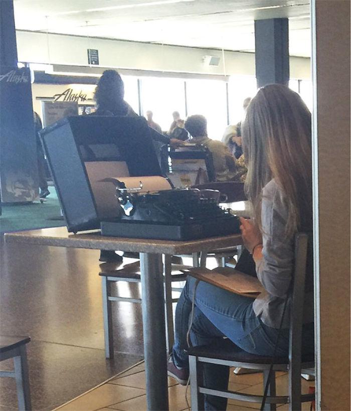 Hipsters estos días ... Simplemente su día típico en un aeropuerto de Seattle