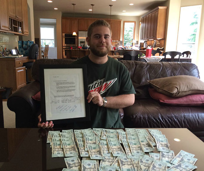 En 2001, mis padres me apostaron que si no bebía, fumaba o hacía drogas para el 21, me darían $ 1500. Aquí estoy en mi 21 cumpleaños cumpliendo el contrato que firmé cuando tenía 8 años