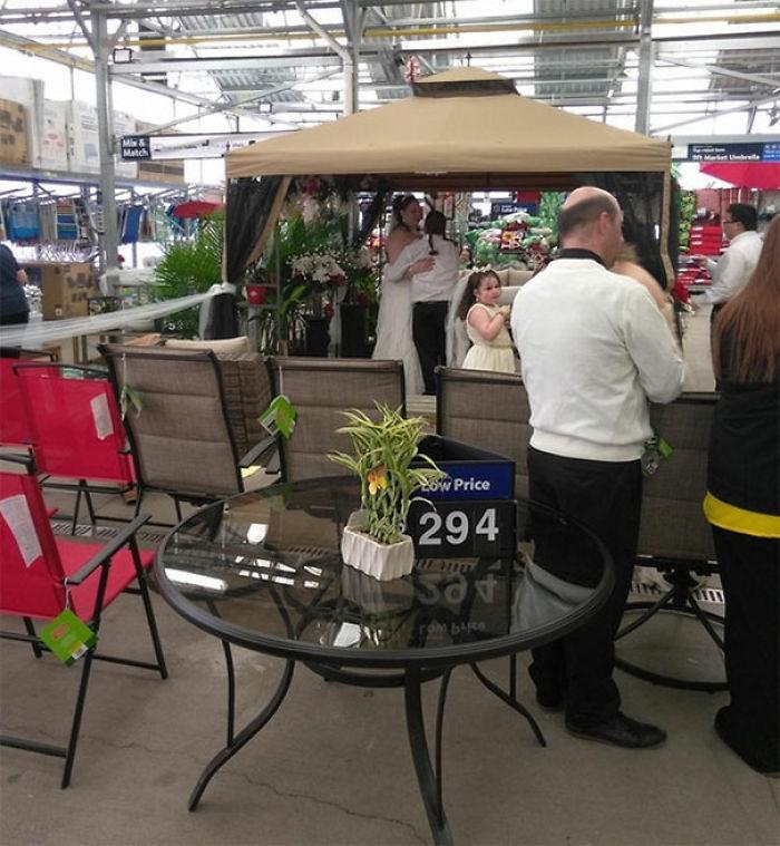 Alguien realmente se casó en la sección de jardín en mi Walmart local