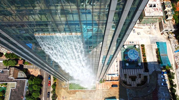 massive artificial waterfall skyscraper china guiyang 33 - Prédio com cachoeira entra em discórdia na China