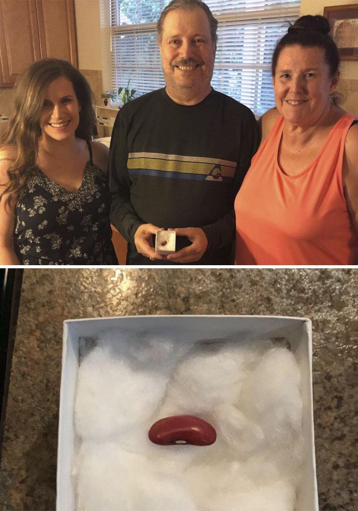 Le di a mi papá un frijol para el día del padre. Le tomó un segundo pero finalmente se dio cuenta. ¡Estoy a la altura de donar un riñón!