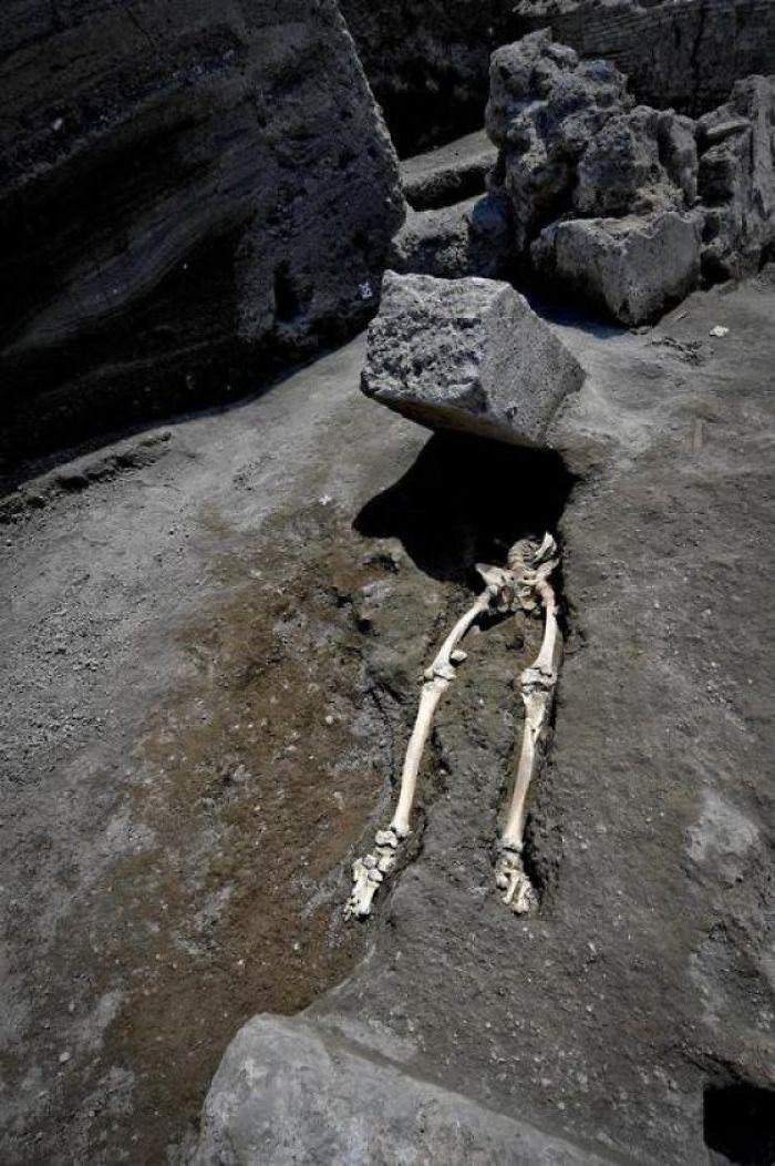 Nuevo esqueleto encontrado en Pompeya: este tipo huía de la erupción, cuando un bloque de roca de 300 kg le golpeó en la cara [19659003] Fuente </p data-recalc-dims=