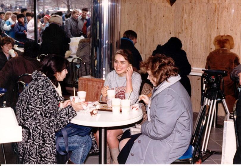 first mcdonald restaurant opens soviet union moscow russia 1900 20 5b963c7c205a3  700 - O primeiro McDonald's do Comunismo?