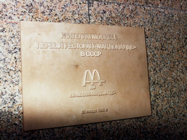 first-mcdonald-restaurant-opens-soviet-union-moscow-russia-1900-36-5b963ca221855__700 The First McDonald's In Moscow Opened In 1990, And These 27 Pics Show How Insane It All Was Design Random