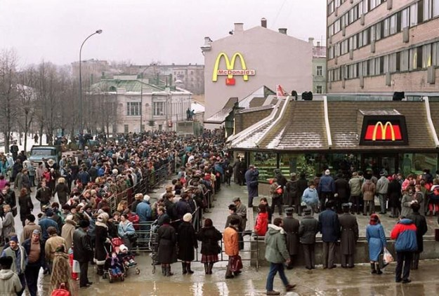 first-mcdonald-restaurant-opens-soviet-union-moscow-russia-1900-45-5b963cb5a4de8__700 The First McDonald's In Moscow Opened In 1990, And These 27 Pics Show How Insane It All Was Design Random