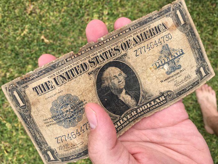 Se encontró un dólar de 94 años en el suelo