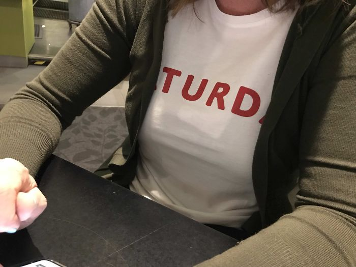 """La camiseta de mi esposa dice """"Sábado"""""""