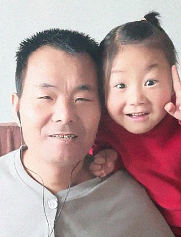 6-year-old-girl-jia-jia-help-paralysed-father-tian-haicheng-china-3-5bb46d915dff3__605 Woman Abandons Family After Husband Gets Paralyzed, And The Way Their Little Girl Started Taking Care Of Him Is Incredible Design Random