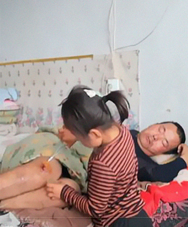 6-year-old-girl-jia-jia-help-paralysed-father-tian-haicheng-china-4-5bb46d9486026__605 Woman Abandons Family After Husband Gets Paralyzed, And The Way Their Little Girl Started Taking Care Of Him Is Incredible Design Random