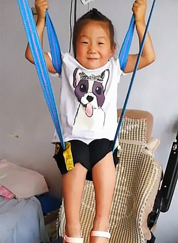 6-year-old-girl-jia-jia-help-paralysed-father-tian-haicheng-china-6-5bb46d9a4fb54__605 Woman Abandons Family After Husband Gets Paralyzed, And The Way Their Little Girl Started Taking Care Of Him Is Incredible Design Random