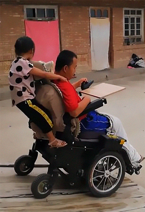 6-year-old-girl-jia-jia-help-paralysed-father-tian-haicheng-china-7-5bb46d9c5ca60__605 Woman Abandons Family After Husband Gets Paralyzed, And The Way Their Little Girl Started Taking Care Of Him Is Incredible Design Random