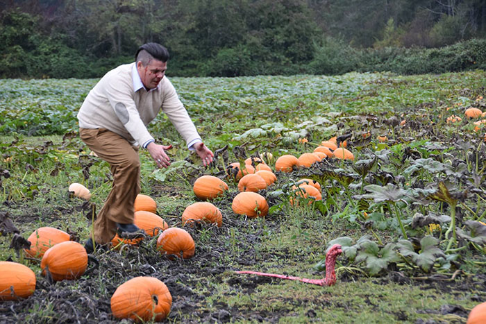 This Is The Most Terrifying Maternity Photo Shoot We've Ever Seen (WARNING: Some Images Might Be Too Brutal) funny maternity photoshoot alien pumpkin field todd cameron li carter 14 5bbdc4bf14a77  700