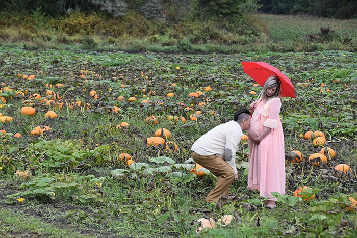 This Is The Most Terrifying Maternity Photo Shoot We've Ever Seen (WARNING: Some Images Might Be Too Brutal) funny maternity photoshoot alien pumpkin field todd cameron li carter 4 5bbdc4ac3806b  700