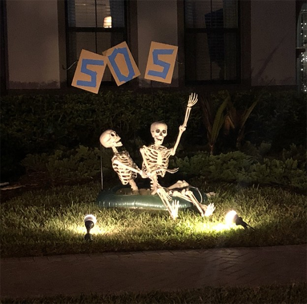 neighbors-house-halloween-decorations-skeletons-sami-campagnano-17-5bd2cf9c012e4__700 Girl Notices Her Neighbor's Halloween Skeletons Are Playing Out A New Scenario Every Day, And It's Hilarious Design Random