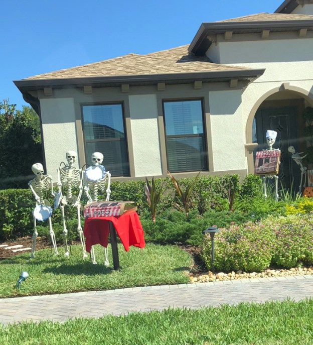 neighbors-house-halloween-decorations-skeletons-sami-campagnano-3-5bd2cf7187ff4__700 Girl Notices Her Neighbor's Halloween Skeletons Are Playing Out A New Scenario Every Day, And It's Hilarious Design Random