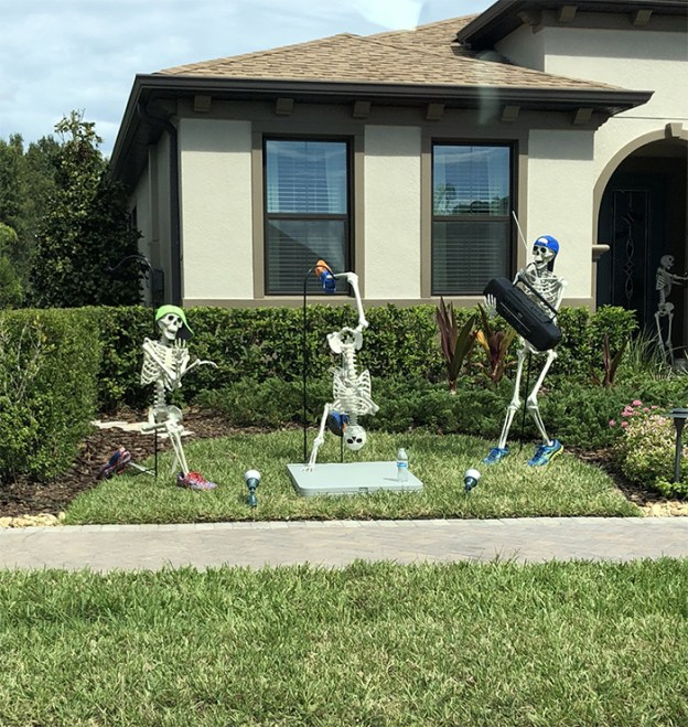 neighbors-house-halloween-decorations-skeletons-sami-campagnano-5-5bd2cf77a3b22__700 Girl Notices Her Neighbor's Halloween Skeletons Are Playing Out A New Scenario Every Day, And It's Hilarious Design Random