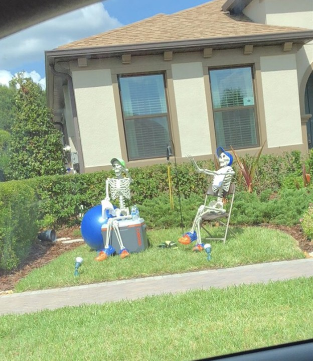 neighbors-house-halloween-decorations-skeletons-sami-campagnano-9-5bd2cf84ce628__700 Girl Notices Her Neighbor's Halloween Skeletons Are Playing Out A New Scenario Every Day, And It's Hilarious Design Random