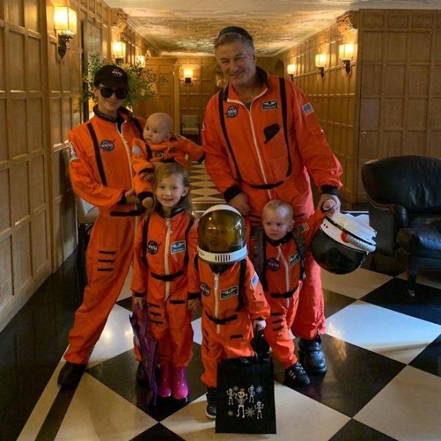 Alec e Hilaria Baldwin como astronautas