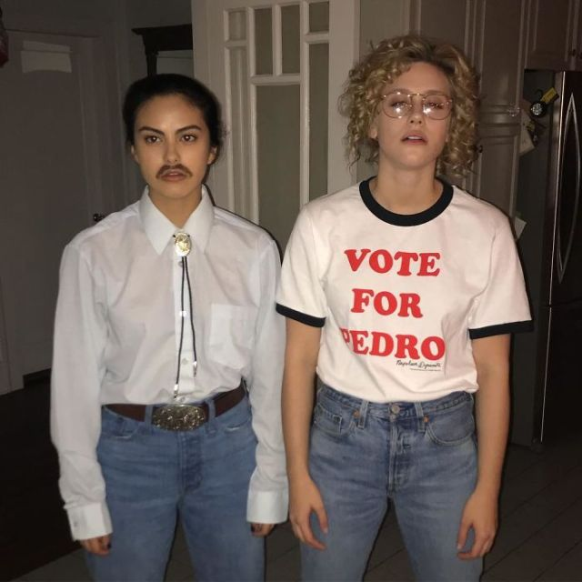 Camila Mendes y Lili Reinhart como Napoleon Dynamite y Pedro